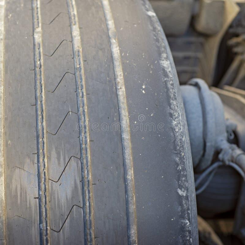 Slitet ut gummihjul av det tunga medlet Slapp fokus royaltyfri foto