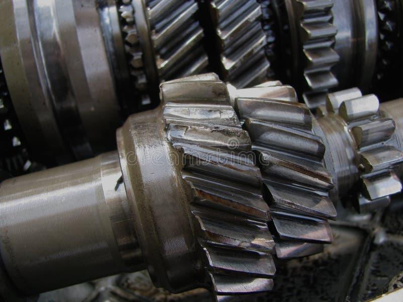 Slitna kuggehjul som tas bort från växellådan fotografering för bildbyråer