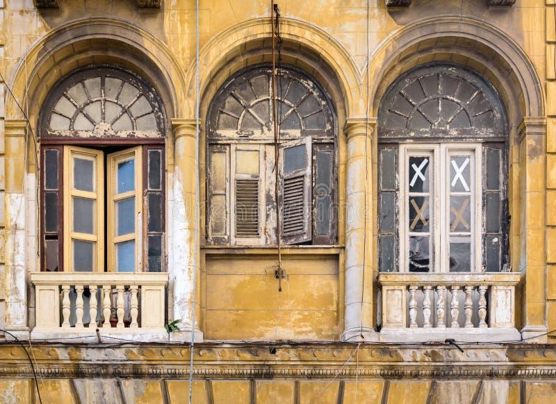 Slitna ut färgrika fönster i havannacigarren, Kuba royaltyfri fotografi