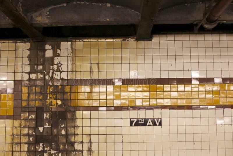 Slitna väggar av gångtunnelsystemet arkivbilder
