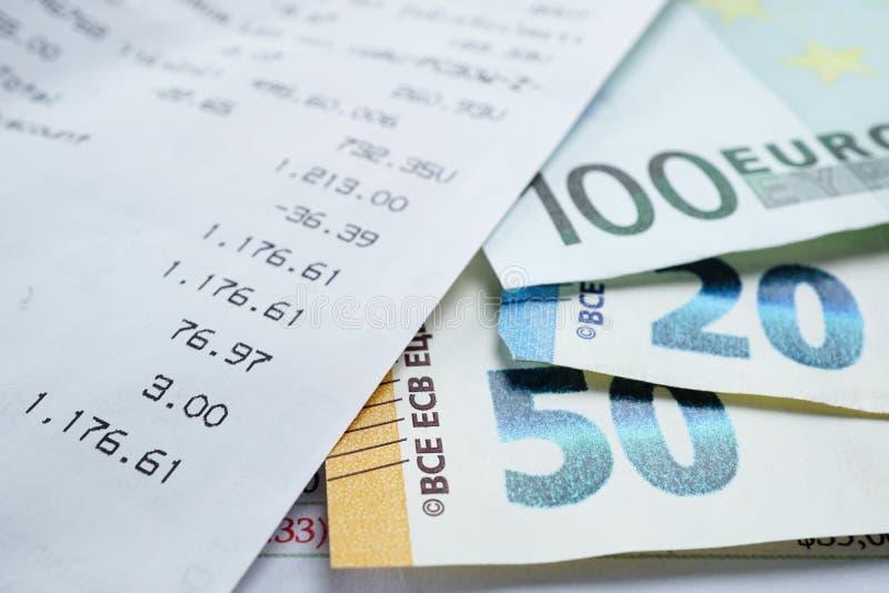 Slittamento di vendita e banconote dell'euro: Conto bancario, economia analitica di dati di ricerca di investimento, commercio, c immagini stock libere da diritti