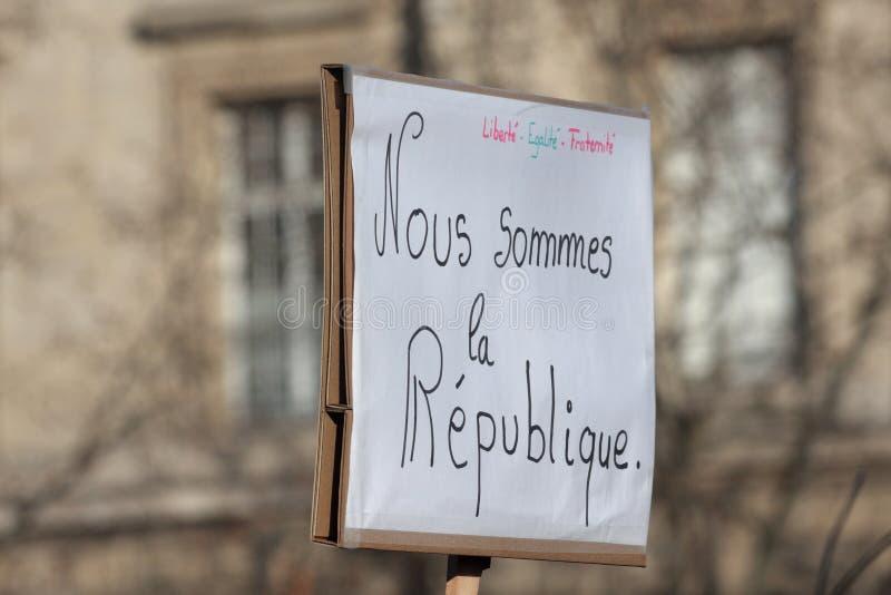 Slogan che difende la repubblica a Parigi fotografie stock libere da diritti