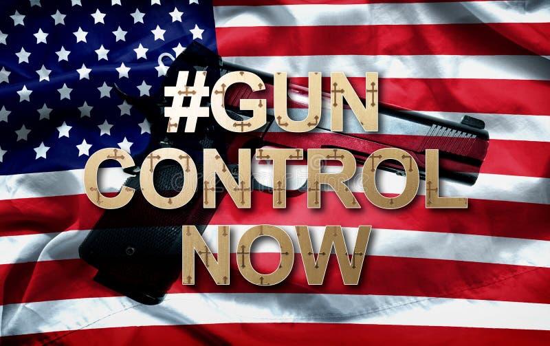 Slogan Hashtag-Reglementierung von Waffenbesitz jetzt und die Pistole auf amerikanischer Flagge stockfotografie