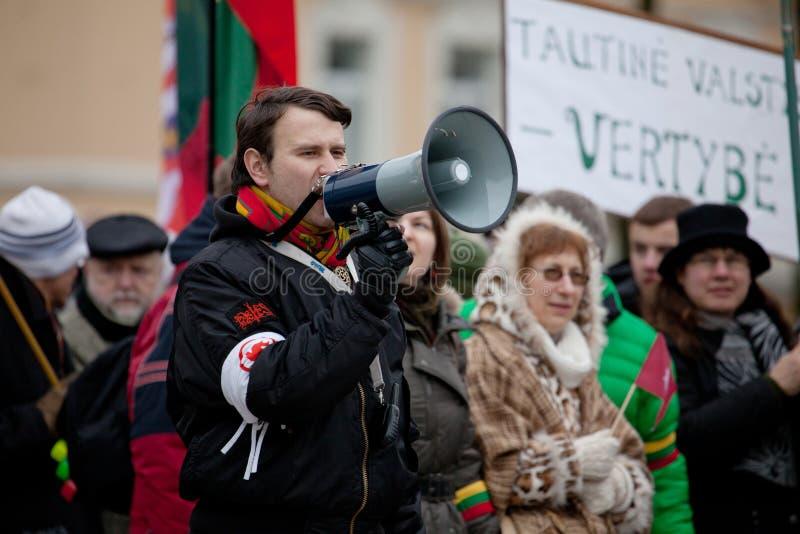 Slogans de chant de haut-parleur sur le rassemblement nationaliste photographie stock libre de droits