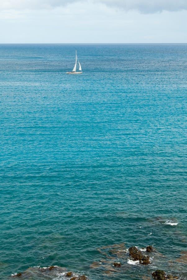 Sloop de navigation dans l'III des Caraïbes images stock