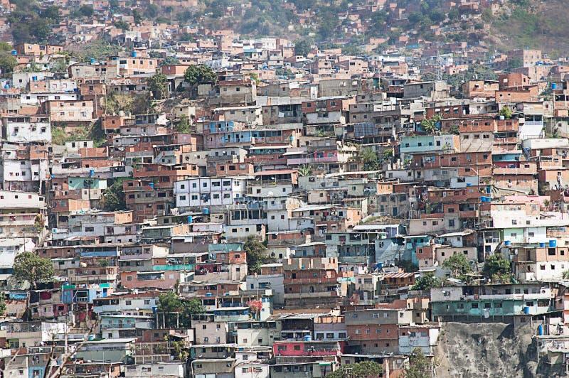 Sloppenwijk of Krottenwijk langs helling in Caracas wordt gebouwd dat stock foto's