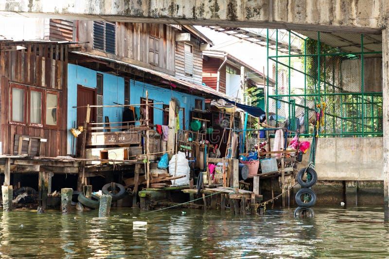 Sloppenwijk. op kanaal in Thailand stock afbeeldingen