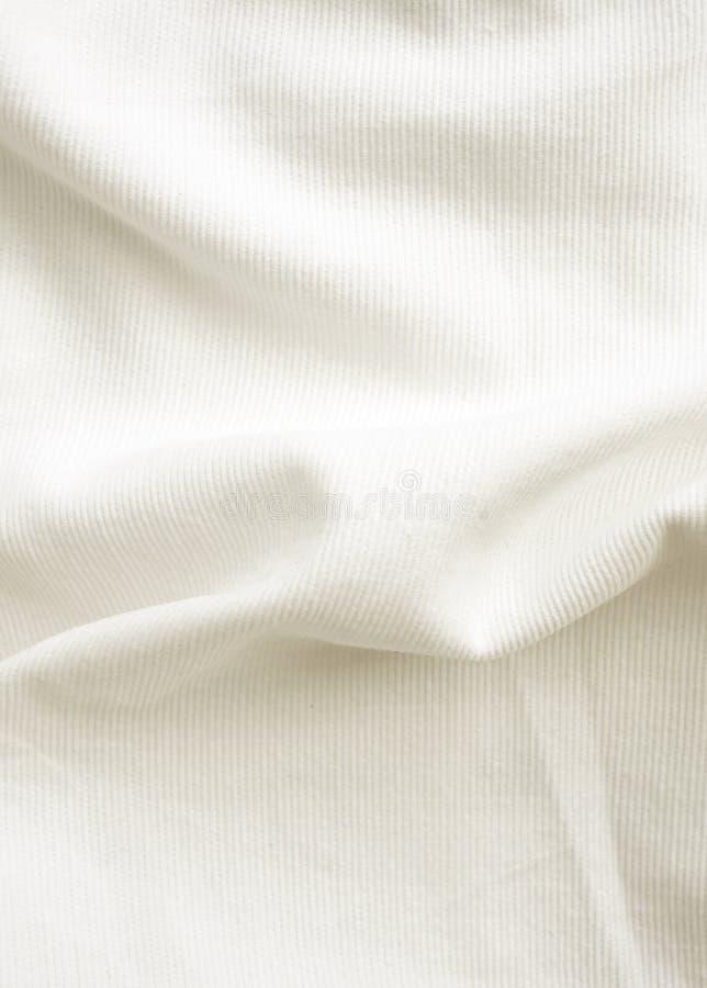 Slordig bed, witte deken voor achtergrond royalty-vrije stock foto's