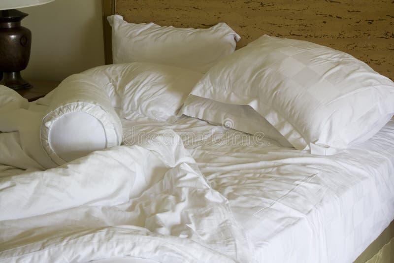 Slordig onopgemaakt bed stock fotografie