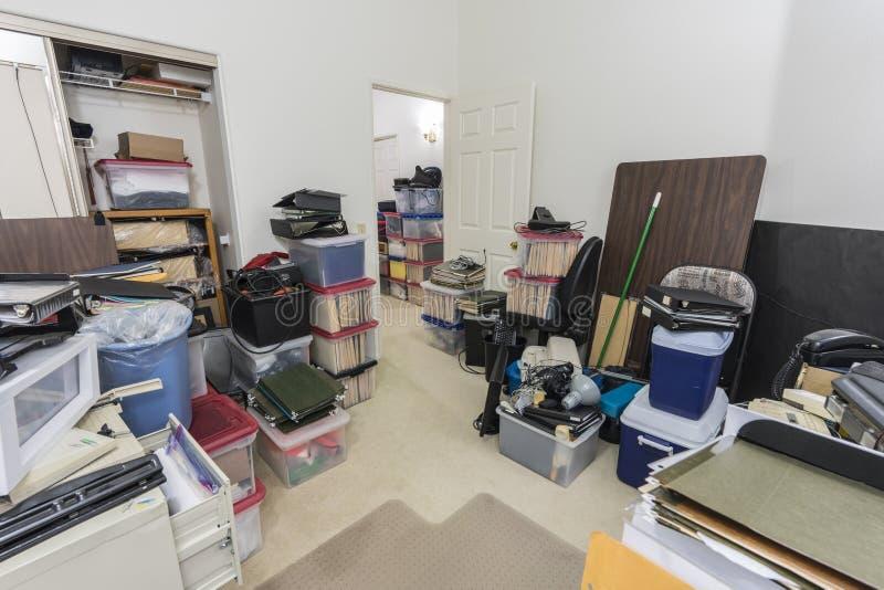 Slordig Privé-kantoor met Dozen en Opslag stock foto