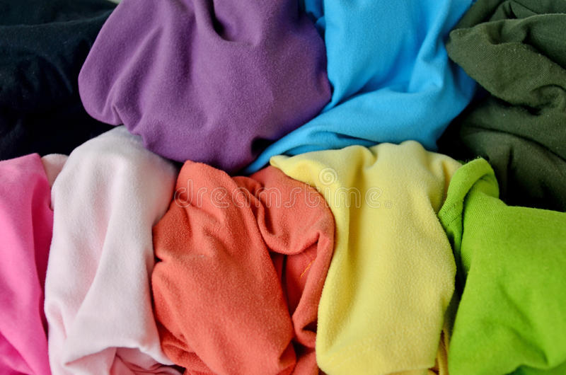 Slordige kleurrijke kleren als achtergrond stock foto's