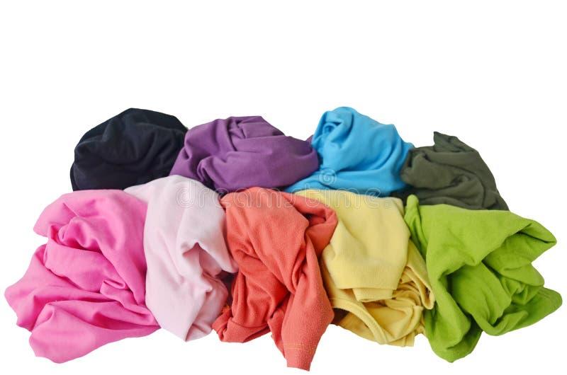 Slordige kleurrijke kleren, geïsoleerde witte achtergrond stock fotografie