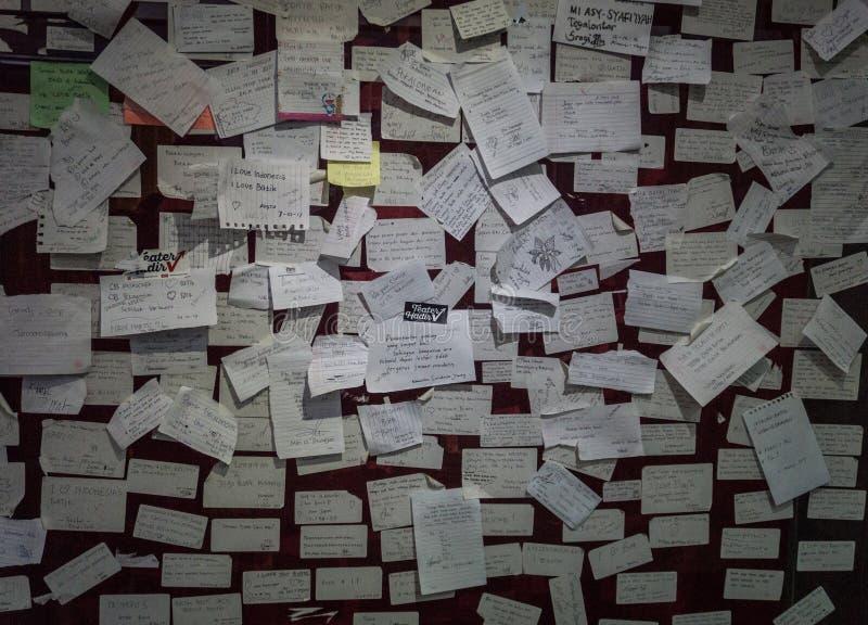 Slordige kleverige die nota's over een muurfoto in Batikmuseum Pekalongan wordt genomen Indonesië royalty-vrije stock afbeeldingen