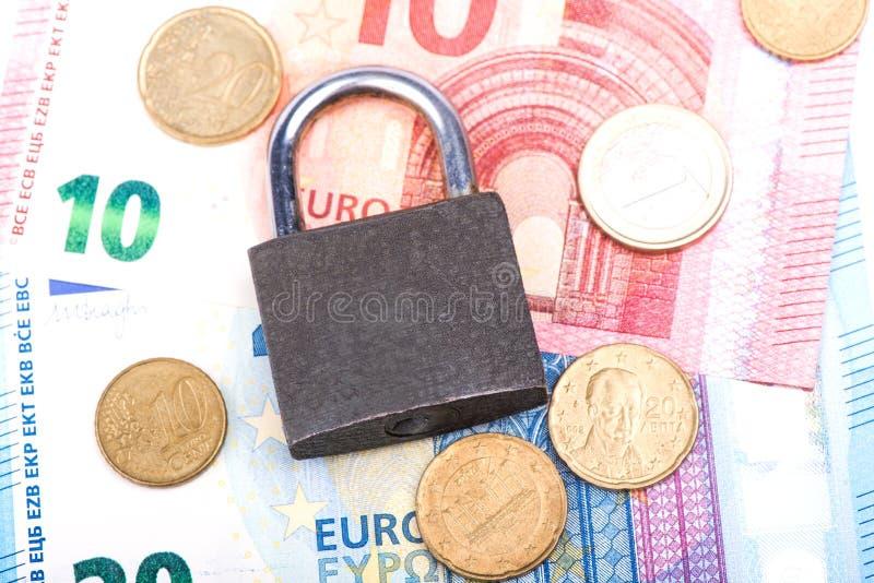 Slot op een witte achtergrond Kasteelclose-up Bescherming van bezit Veiligheid van geld royalty-vrije stock fotografie