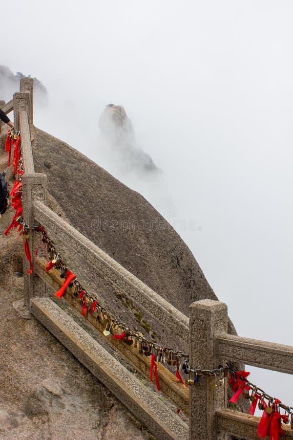 Sloten en Rode Linten op Gele Berg China stock afbeelding