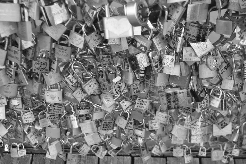Sloten van liefde bij de brug van Parijs stock foto's