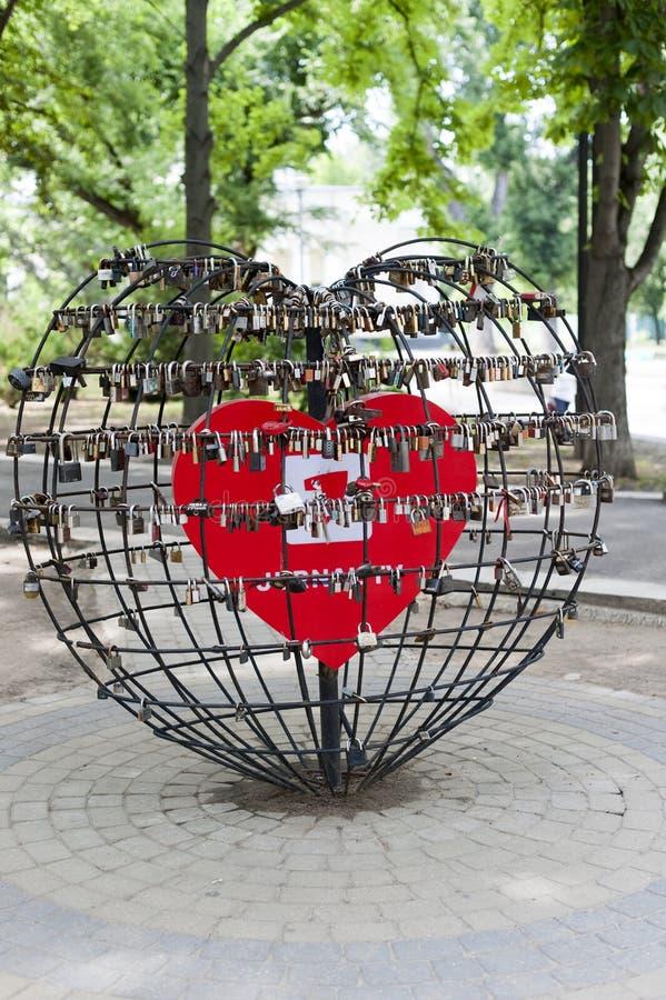 Sloten van liefde in chisinau stock foto
