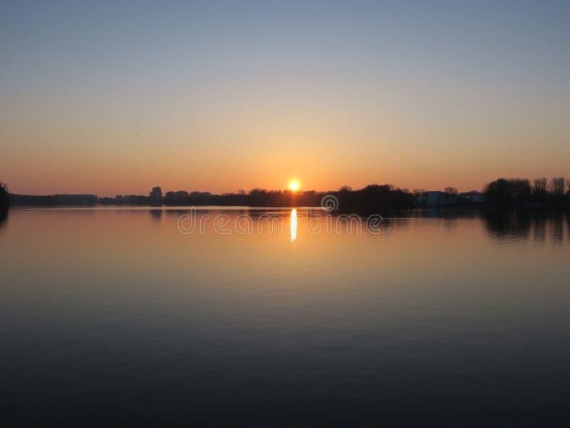 Sloterplas, en el lago con puesta del sol imagen de archivo