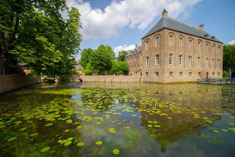 Slott Arcen med reflexion på omgeende vatten royaltyfri fotografi