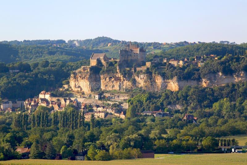 Slott av Beynac som förbiser den Dordogne floden i Frankrike royaltyfri bild