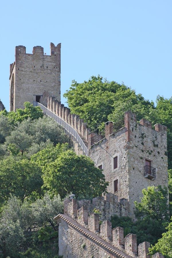 Slott av de medeltida väggarna av Marostica med torn royaltyfri fotografi