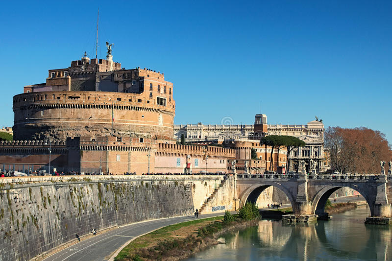 Slott av heliga Angel Castel Sant Angelo och helgedomen Angel Bridge över den Tiber floden i Rome på den soliga vinterdagen rome  arkivbilder