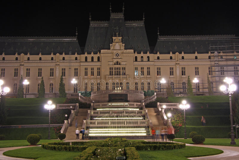 Slott av kultur i Iasi (Rumänien) på natten arkivfoton