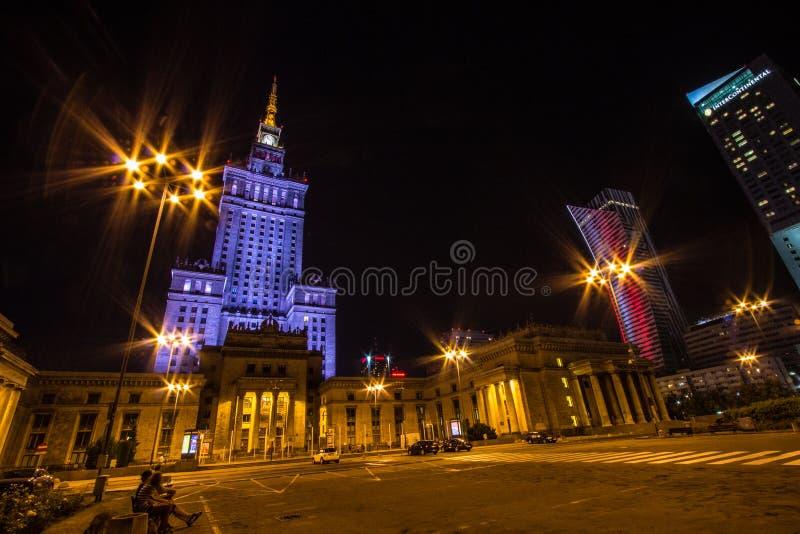 Slott av kultur och vetenskap i Warszawa på natten royaltyfria foton