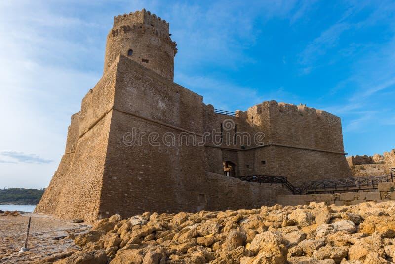Slott av Le Castella på capoen Rizzuto, Calabria, Italien royaltyfria foton