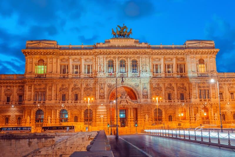 Slott av rättvisa Corte Suprema di Cassazione nära den Tiber floden royaltyfri foto