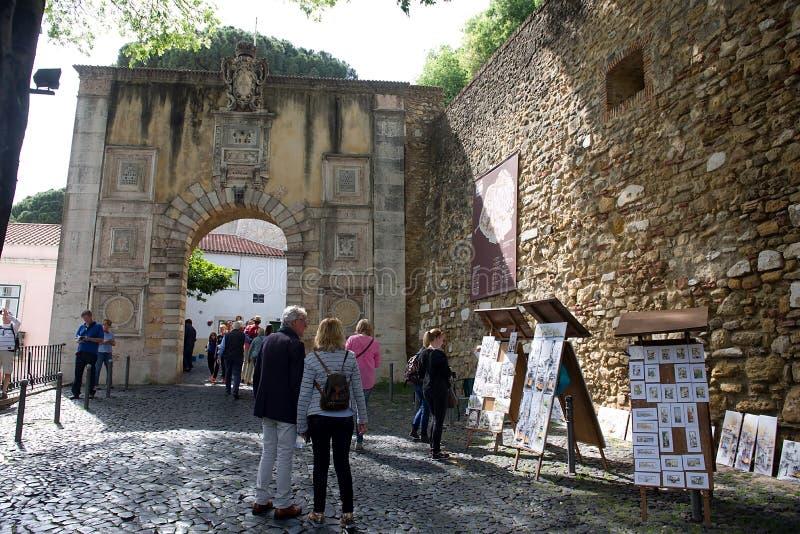 Slott av Sao Jorge i Lissabon - ingång till slotten arkivbilder