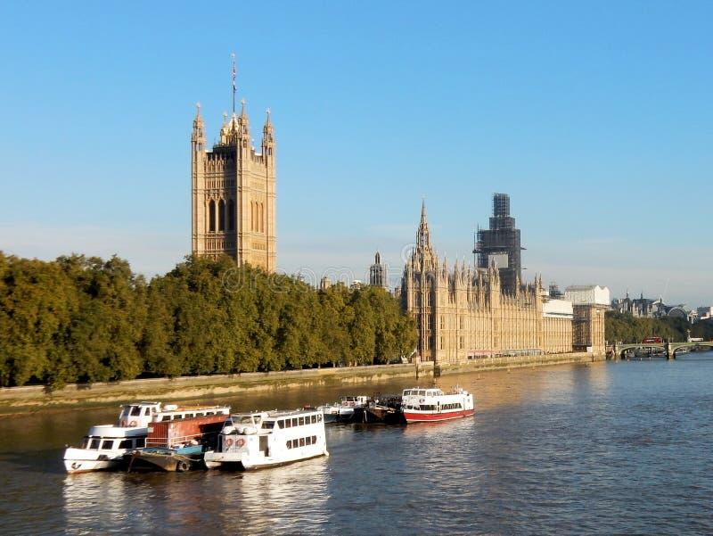 Slott av Westminster eller hus av parlamentet på flodThemsen, London, Förenade kungariket royaltyfria foton