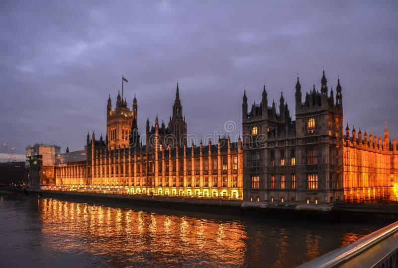 Slott av Westminster i nattbelysning arkivbilder