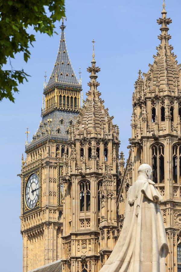 Slott av Westminster, parlament, staty av George V, Big Ben, London, Förenade kungariket royaltyfri bild