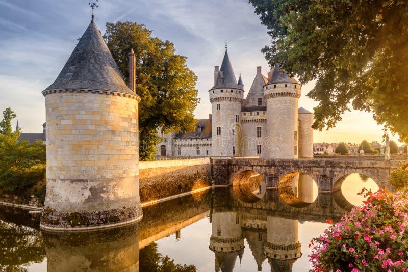 Slott eller chateau av Befläcka-sur-Loire på solnedgången, Frankrike royaltyfria bilder