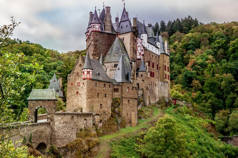 Slott Eltz i Eifelen en av de mest berömda slottarna i Germa arkivbild
