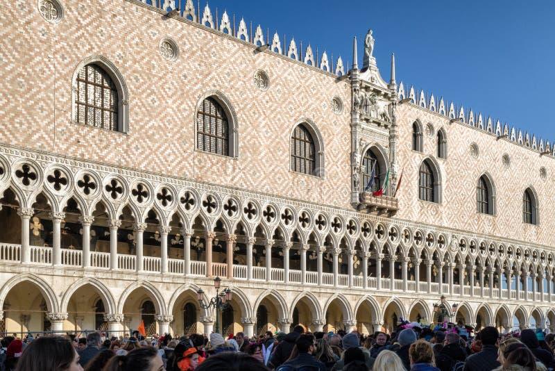 Slott för doge` s under karneval av Venedig 2018 arkivfoton