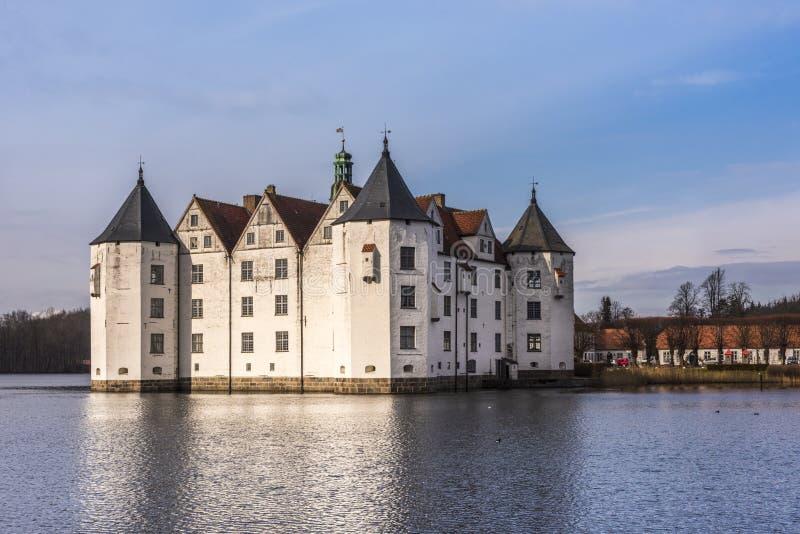 Slott för Glà ¼cksburg - en härlig vattenslott i staden av Gluecksburg, Schleswig-Holstein, Tyskland royaltyfri foto