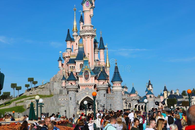 Slott för sova skönhet på Disneyland Paris med folkmassan av folk royaltyfria bilder