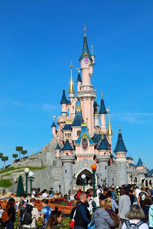 Slott för sova skönhet på Disneyland Paris med folkmassan av folk royaltyfri foto