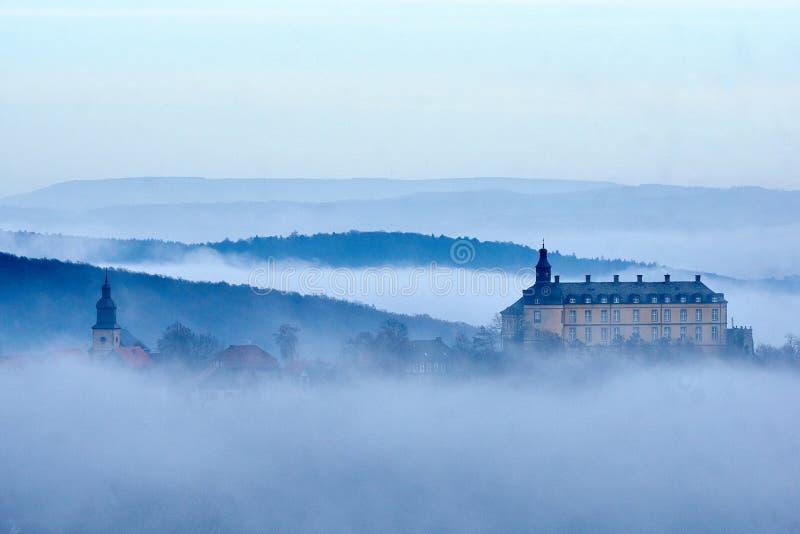 Slott Friedrichstein och kyrka i misten arkivbild