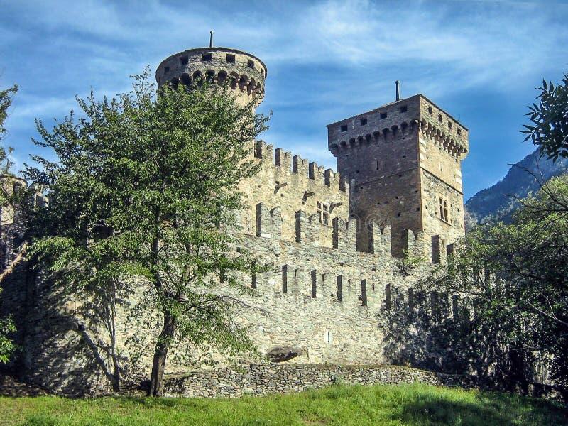 Slott i bergen royaltyfri fotografi
