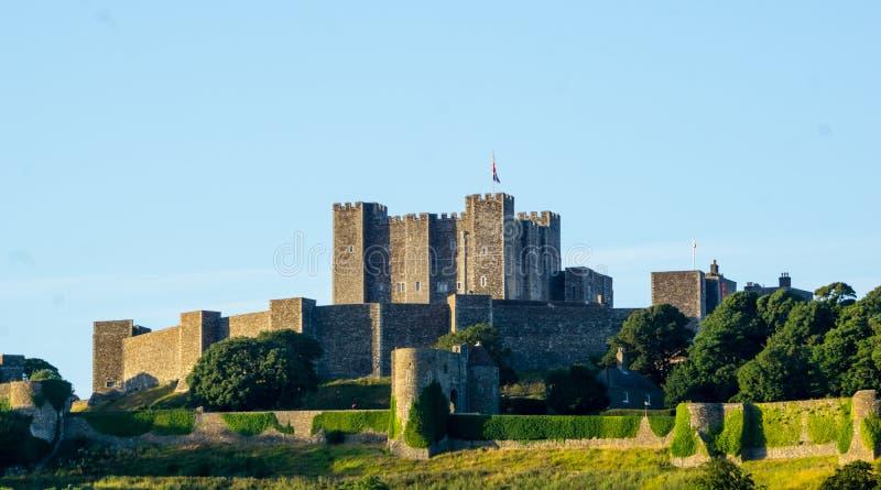 Slott i Dover England på blå himmel arkivbilder