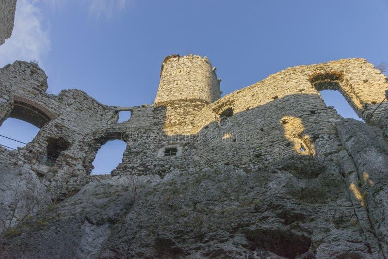 Slott i Ogrodzieniec i höst royaltyfri bild