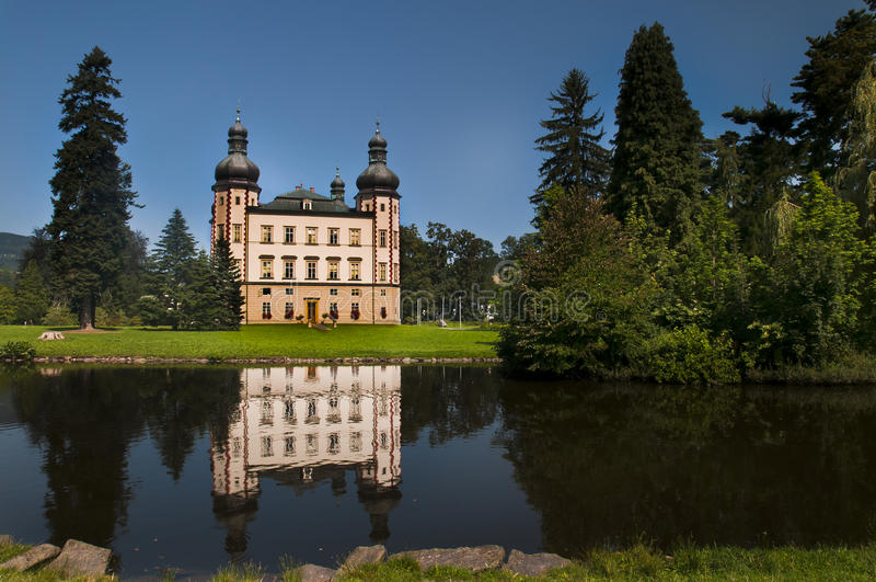 Slott i parkera royaltyfri foto