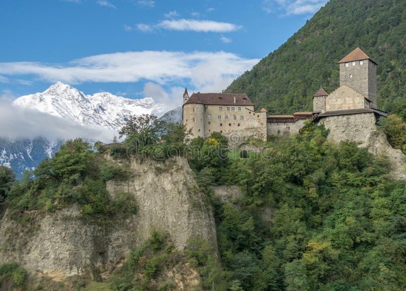 Slott i södra tyrol royaltyfria bilder