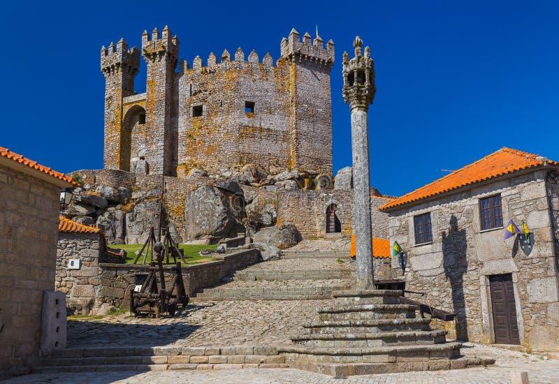 Slott i staden Penedono - Portugal royaltyfri foto