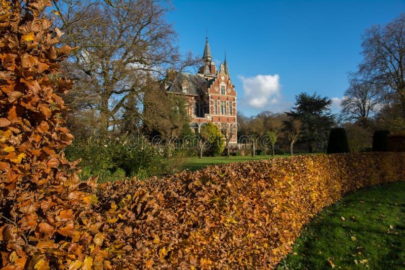 Slott i trädgård royaltyfri bild