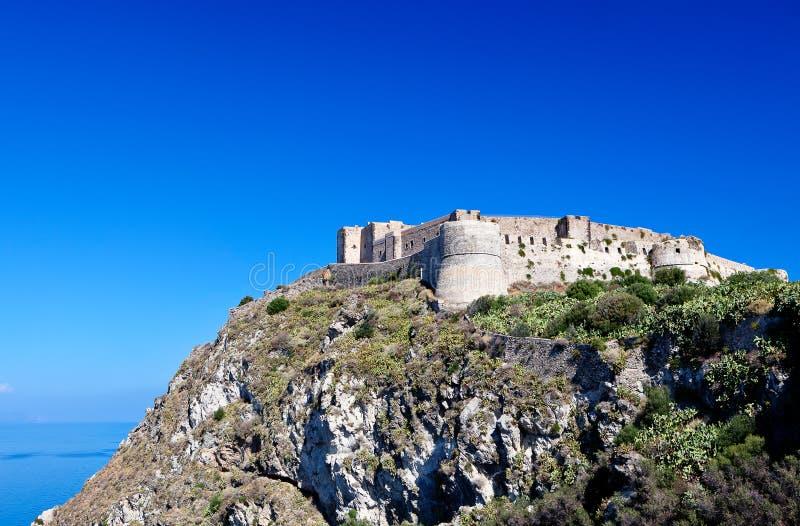 Slott Milazzo, Sicilien, Italien royaltyfri bild