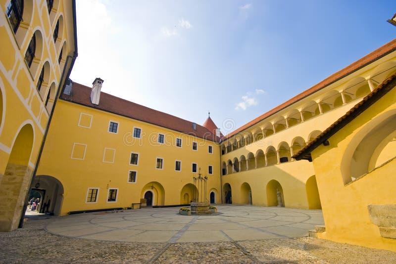 Slott Mokrice i Slovenien - inre domstol royaltyfria foton